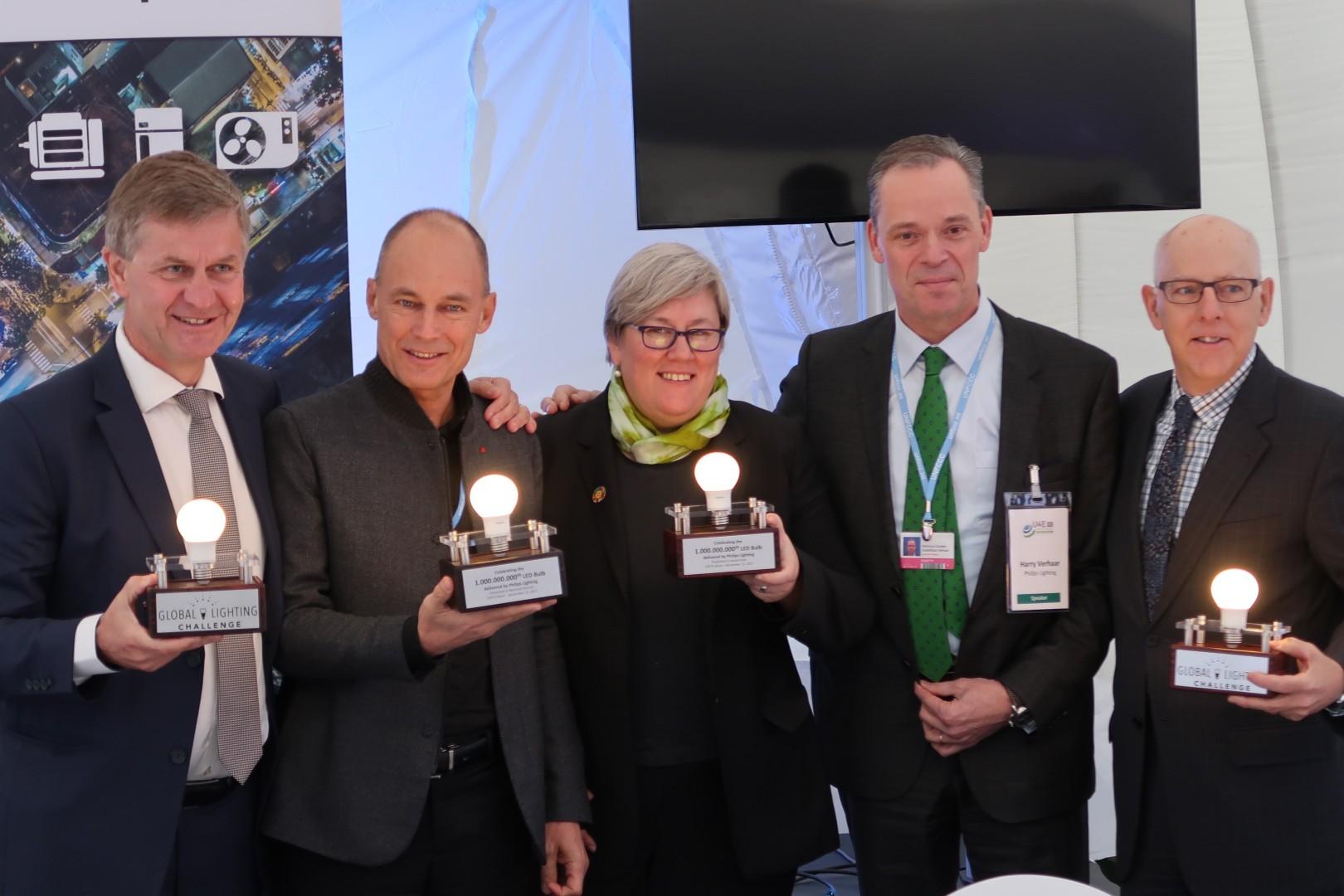 Philips Aydınlatma, 2 milyarlık LED ampul satışında yolu yarıladı